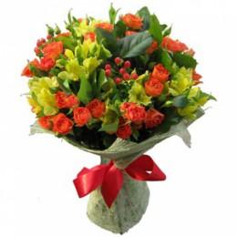 Букет №162 (куст. розы, альстромерии, гиперикум, декор.зелень)