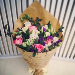 Букет в крафте №16 (розы, альстромерии, эустома, гиацинт, декор.зелень)