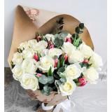 Букет в крафте №18 (21 роза, 10 тюльпанов, декор.зелень)