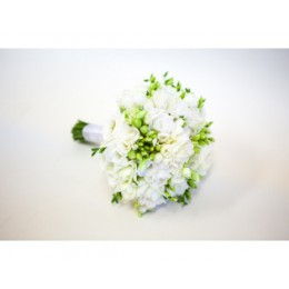 Букет невесты №16 (фрезии, эустома, зелень, декор)