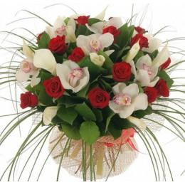 Букет №226 (орхидеи, розы, каллы, декор.зелень)