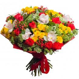 Букет №229 (орхидеи, розы, куст.розы, гиперикум, трахелиум, декор.зелень)