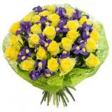 Букет №235 (розы, ирисы, декор.зелень)